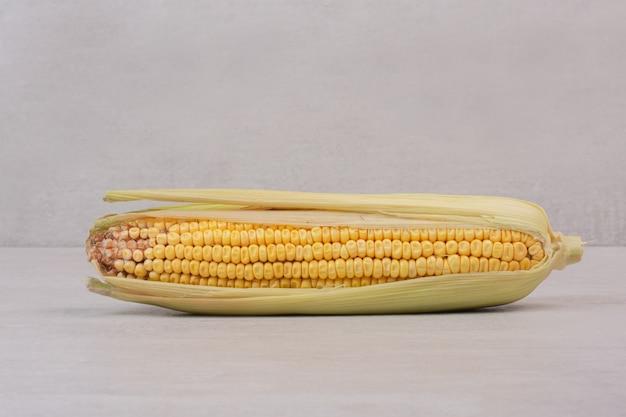 Spiga di grano fresco su bianco.