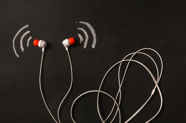 黒板に描かれた音波と耳の電話