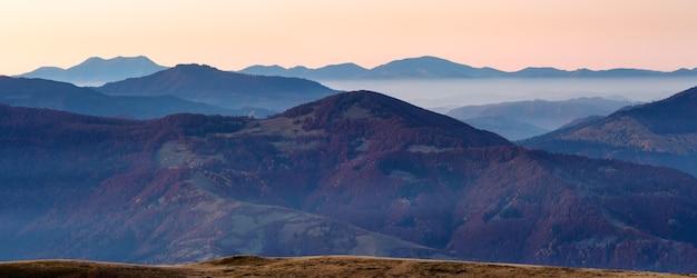 산에서 이른 새벽. 가을 아침 황혼의 흐릿한 파노라마.