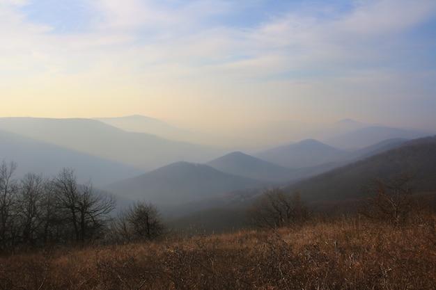 夕方、北コーカサスの山々に沈む夕日