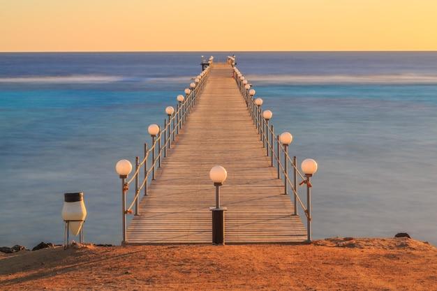 바다 옆 호텔 해변의 이른 아침과 잔잔한 바다
