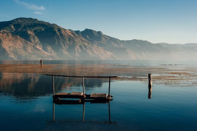 Рано утром свет на двух вулканах атитлан толиман на озере атитлан, гватемала.