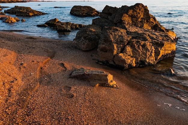 해변의 이른 아침, 맑은 물