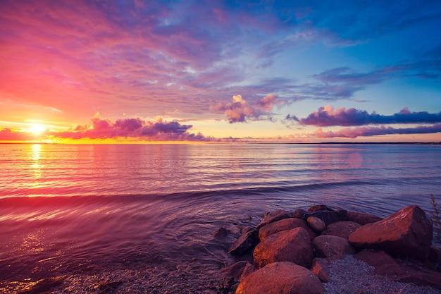 早朝、海からの日の出