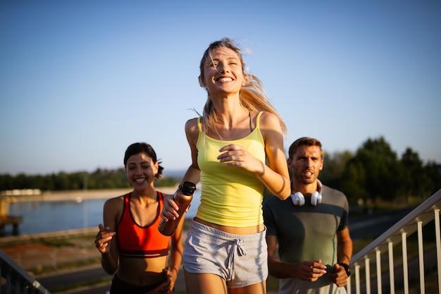 이른 아침 운동입니다. 다리 위를 달리는 행복한 친구들. 건강한 라이프 스타일을 살고 있습니다.