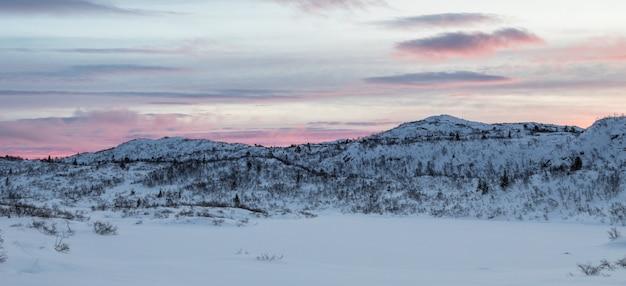 Раннее розовое утро, зимний горный пейзаж. панорама.