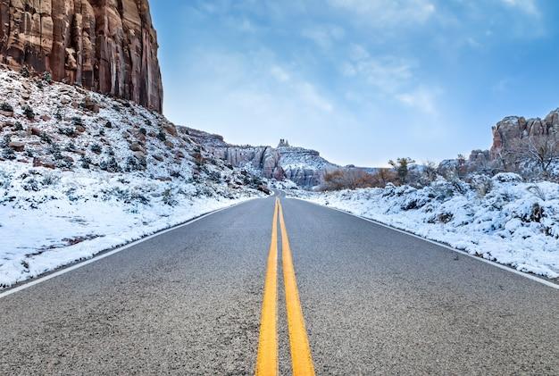 Ранняя зима, дорога, ведущая к смотровой площадке needles overlook в штате юта, покрыта снегом.