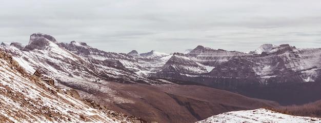 Ранняя зима с первым снегом, покрывающим скалы и леса в национальном парке глейшер, монтана, сша