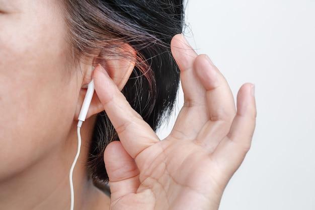 イヤホンは難聴のリスクを伴う可能性があります