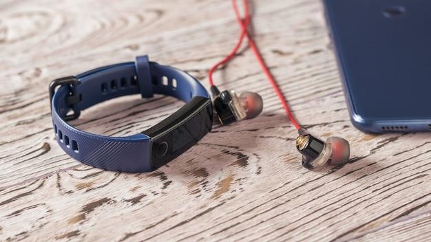 Earphones, smartphone and smart bracelet