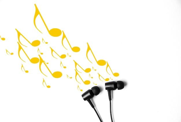 메모가 있는 이어폰. 현대 음악 개념입니다. 오디오 기술.