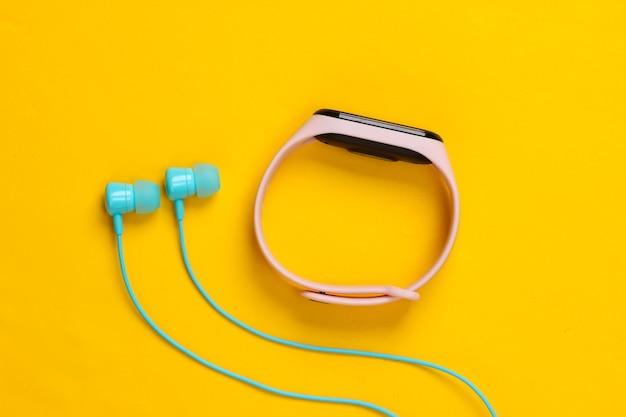 노란색에 스마트 팔찌가 달린 이어폰