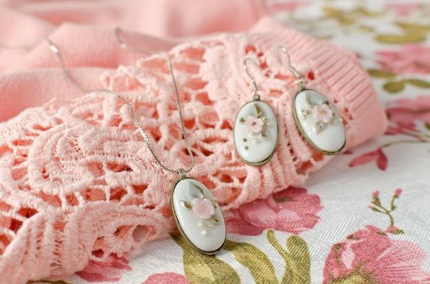 Серьги и кулон на цепочке в латунной оправе овальной формы с фарфоровой вставкой из кабошона. винтажное украшение