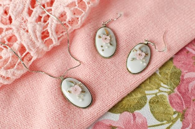 타원형의 황동 프레임에 포슬린 카보 숑이 삽입 된 체인 귀걸이와 펜던트. 빈티지 장식
