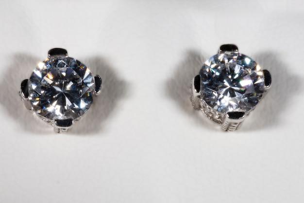 ダイヤモンドの代わりにジルコンを使用したホワイトゴールド製のイヤリング