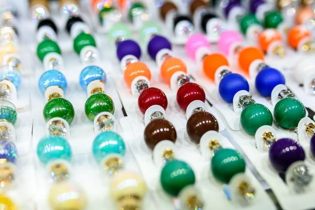 다양한 색상과 모든 취향의 귀걸이