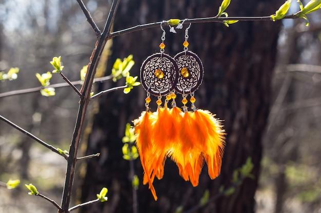 羽付き手作りドリームキャッチャーのイヤリング