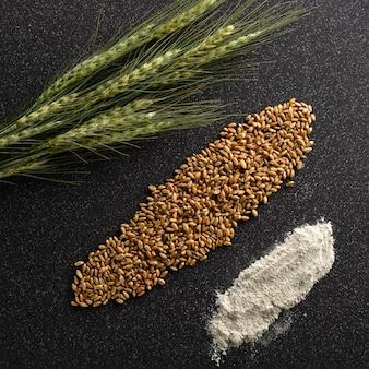 옥수수, 곡물 및 밀가루 호밀의 귀는 타일에 놓여 있습니다. 프리미엄 사진