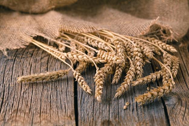 Колосья на деревенском деревянном столе