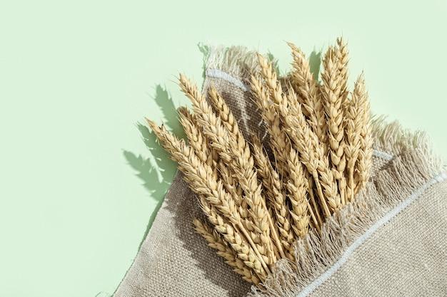 小麦の穂はパステルグリーンと荒布でクローズアップ
