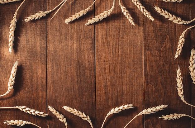 木製の背景に小麦の穂