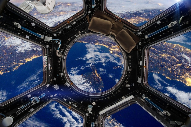 地球と宇宙船。 nasaから提供されたこの画像の要素。