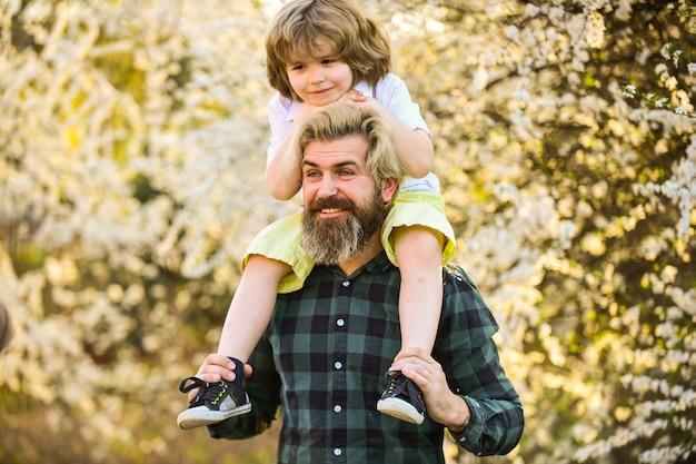 지구의 날. 자연 배경에서 작은 소년과 아버지. 소식통과 아기 아들입니다. 행복 개념입니다. 봄 산책. 생태와 환경. 단순한 행복. 행복한 가족. 아버지의 행복. 아버지의 날.