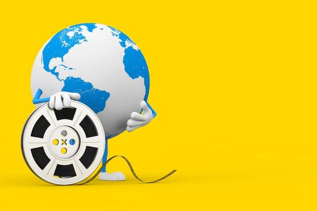 Талисман характера глобуса земли с лентой кино вьюрка фильма на желтой предпосылке. 3d рендеринг