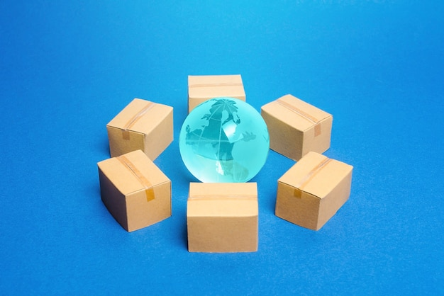 Земной шар окружен коробками.