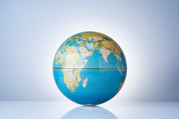 Земной шар со светлой аурой за ним