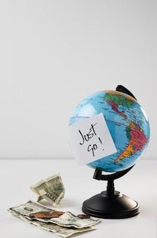 紙幣とコピースペースのある地球儀