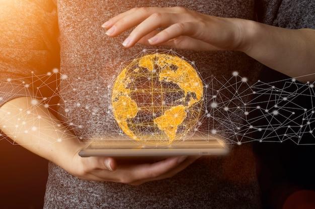 손에 지구 - 환경 개념, 글로벌 연결 개념, 정보 기술 개념. nasa에서 제공한 이 이미지의 요소입니다. 비즈니스, 기술, 인터넷 및 네트워크 개념입니다.