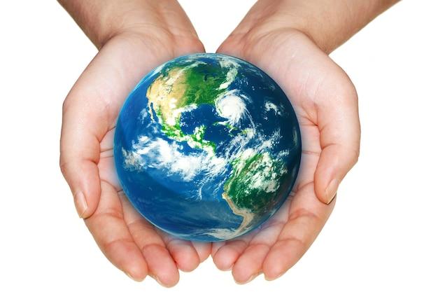 白い背景の上の手で地球。 nasaから提供されたこの画像の要素。