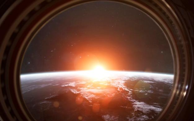 Планета земля в окне международной космической станции. элементы этого изображения, предоставленные наса