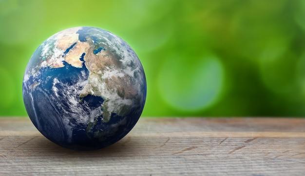 녹색 잎 배경에 지구 행성 구체입니다. 생태 및 환경 관리 개념. 그린피스와 지구의 날 테마. nasa에서 제공 한이 이미지의 요소