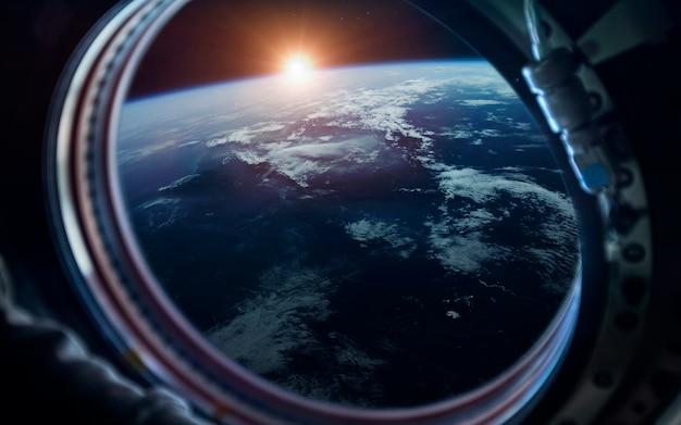 Земной шар. научно-фантастические космические обои, невероятно красивые планеты, галактики, мрачная и холодная красота бесконечной вселенной.