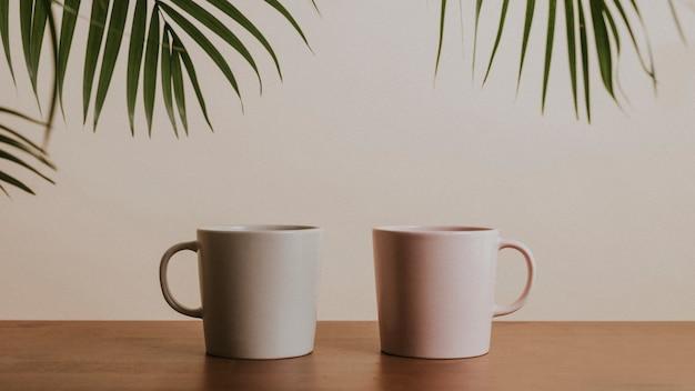 나무 테이블에 지구 톤 컬러 세라믹 커피 컵