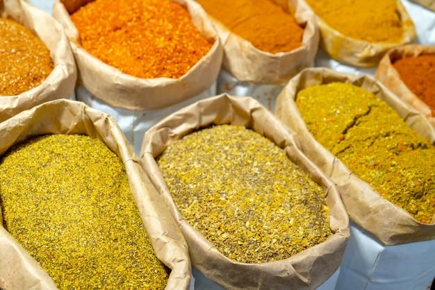 Восточно-азиатские специи для еды в магазине.