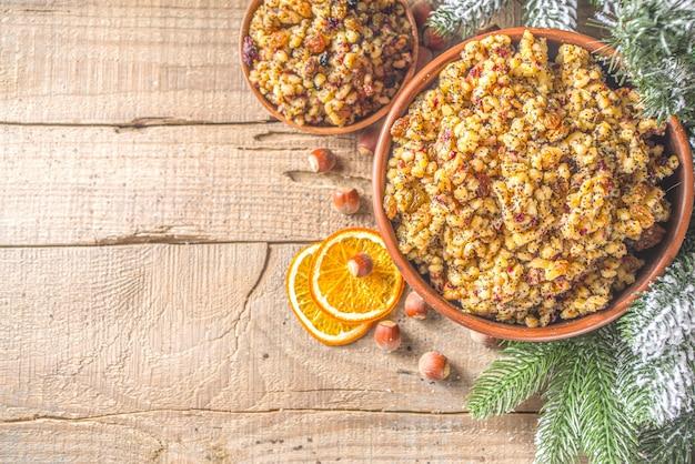 東ヨーロッパ、ロシア、ウクライナ、スラブの伝統的なクリスマス料理、甘いクティア、ドライフルーツ、ケシの実、ナッツ