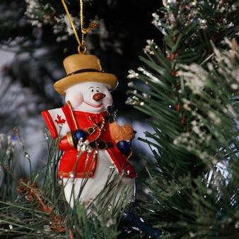 Ист-гринстед, западный суссекс / великобритания - 19 декабря: королевское канадское рождественское украшение конного полицейского в восточном гринстеде, западный сассекс, 19 декабря 2017 года