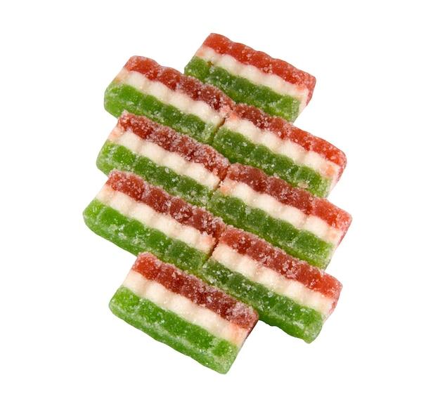 Восточные трехцветные красные зеленые белые конфеты из цветных мармеладов, изолированные на белом фоне