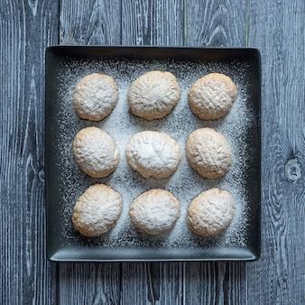 テーブルの上の手作りのラマダンのお菓子。エジプトのクッキー「カフエルイード」-エルフィトルイスラムのeast宴のクッキー。上面図
