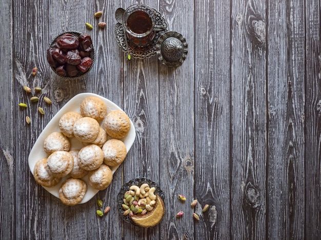 ラマダンのお菓子のテーブル。エルフィットイスラムのeast宴のクッキー。エジプトのクッキー「カフエルイード」