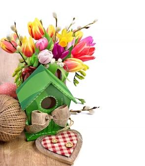 チューリップの花と春の装飾イースターアレンジメント