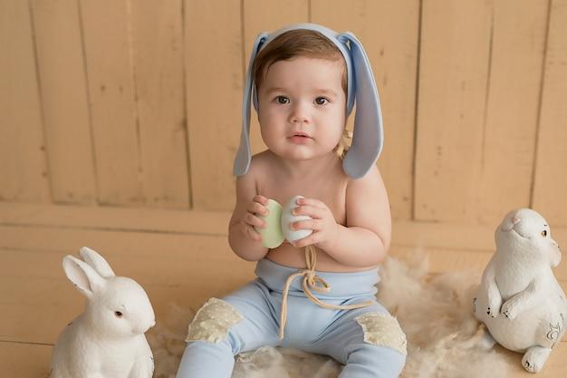 Пасха малыш. пасхальный заяц. день защиты детей. счастливое детство раннее развитие ребенка. развивающие деревянные игрушки. , ребенок играет с игрушками. счастливый ребенок.