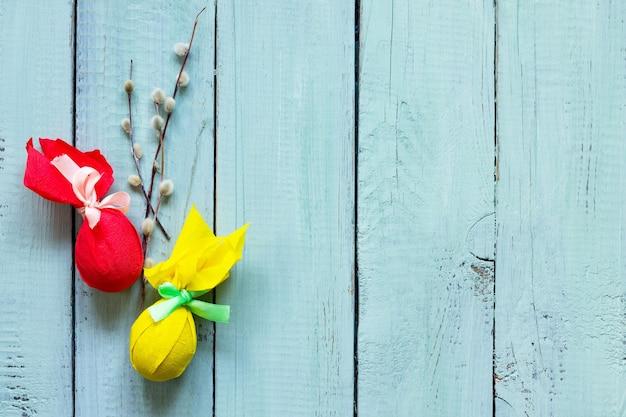 부활절 배경 선물 장식 부활절 달걀 수제 나무 테이블에 리본으로 묶여
