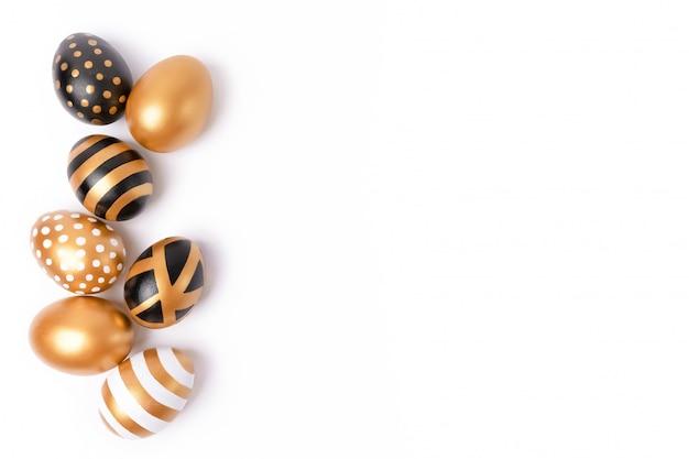 イースターの背景やイースターのコンセプト。白い背景に分離された黄金のイースター装飾卵