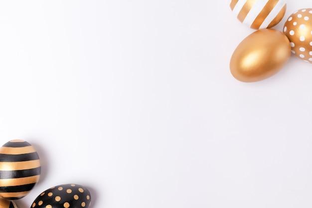 Пасха фон или пасха концепции. украшенные пасхальные яйца золотые на белом фоне