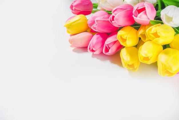 Пасха фон букет тюльпанов, большой красочный букет тюльпанов на белом фоне стола вид сверху копией пространства для текста