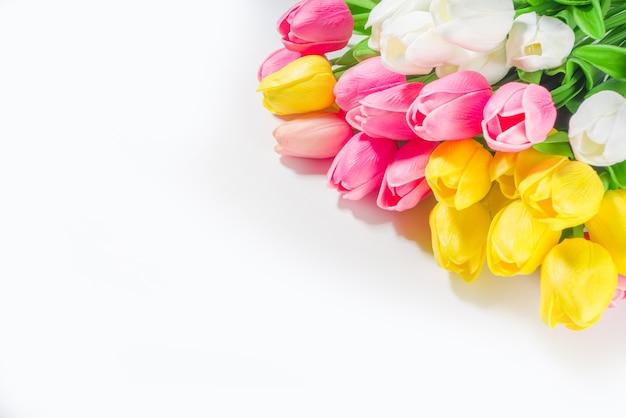 부활절 배경 튤립 꽃다발, 흰색 테이블 배경 상단 보기 텍스트 복사 공간에 있는 큰 화려한 튤립 꽃 꽃다발